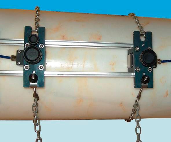 Установка-накладных-датчиков-портативного-расходомера-воды-ChronoFLO-на-трубе