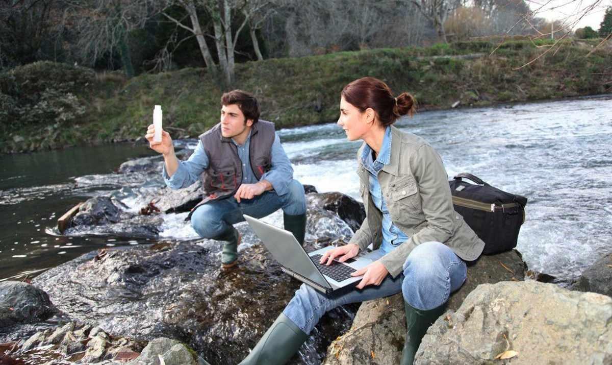 Специалисты набирают пробы воды из реки